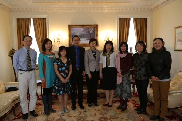 2015年4月23日,中国驻蒙特利尔总领事赵江平会见了魁北克华人作家协会新一届理事会成员。李意钢副总领事等陪同。